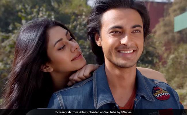 सलमान खान के बहनोई ने चलाया टू व्हीलर, गर्लफ्रेंड को बैठा निकले वडोदरा घूमने; देखें Video
