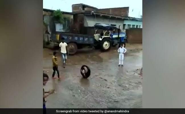 बारिश में बच्चे ने अलग अंदाज में चलाया टायर, Viral हुआ वीडियो