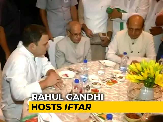 Video : At Rahul Gandhi's Iftar Party, Pranab Mukherjee Has Place Of Honour