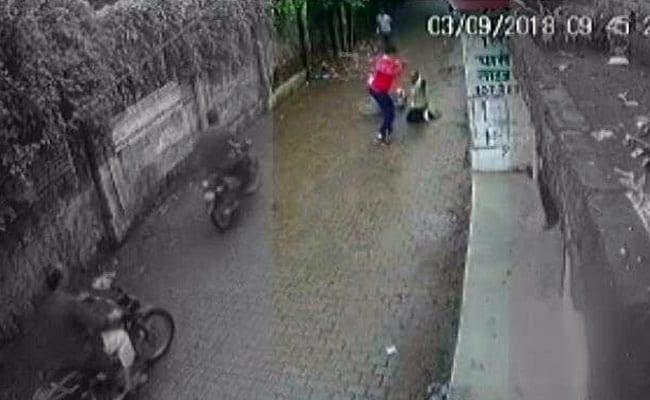 इलाहाबाद: पीट-पीटकर रिटायर्ड दारोगा की हत्या, कैमरे में कैद हुई लाठी-डंडों से पिटाई, देखें VIDEO