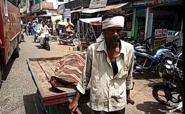 इंसानियत शर्मसार:  मध्य प्रदेश में इस गरीब का शव ठेले पर ले जाने को मजबूर परिवार