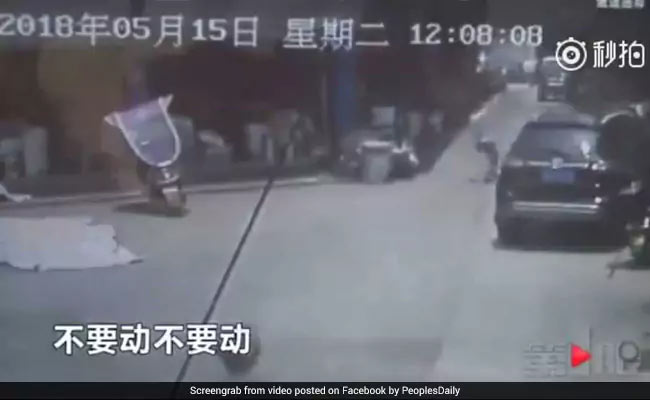 VIDEO: 2 मंजिला इमारत से गिर रही थी बच्ची, नीचे खड़े शख्स ने ऐसे दिखाई चतुराई