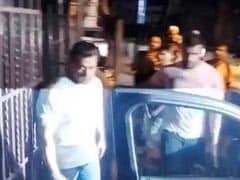 सलमान खान को देख बेकाबू हुए फैन, लगे चिल्लाने- इंदौर से हैं भाई इंदौर से...
