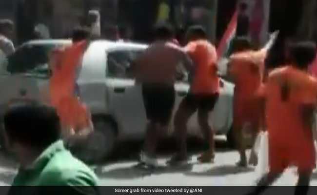 कांवड़ियों के तांडव का एक और वीडियो : अब मुजफ्फरनगर में कांवड़ियों ने कार को किया चकनाचूर
