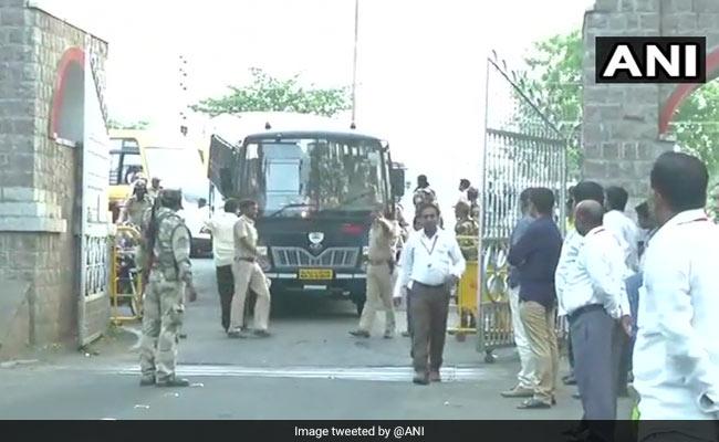कर्नाटक चुनाव रिजल्ट 2018: मतगणना स्थल भारी पुलिस बल तैनात, थोड़ी देर में शुरू होगी गणना