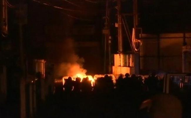 शिलॉन्ग में हिंसा के बाद तनाव अब भी बरकरार, प्रदर्शनकारियों ने सुरक्षाबलों पर फेंका पेट्रोल बम