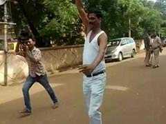 कर्नाटक निकाय चुनाव में जीत की खुशी में बीजेपी प्रत्याशी ने सौरव गांगुली की तरह शर्ट उताकर लहराई