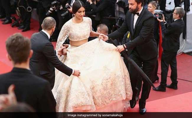 Cannes के रेड कारपेट पर छाया सोनम कपूर का देसी लुक, हाथों पर दिखी शादी की मेहंदी