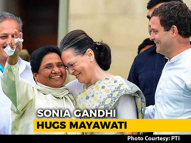Video : Watch: Sonia Gandhi, Mayawati Hug At Kumaraswamy Swearing-in Ceremony