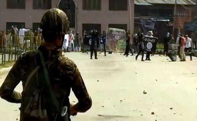 श्रीनगर में ईद की नमाज के बाद पत्थरबाजी, IS और पाकिस्तान के झंडे भी लहराए गए