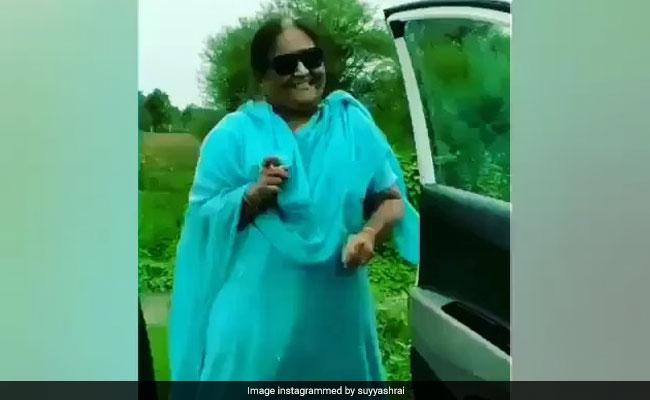 आंटी ने चलती गाड़ी से उतरकर किया डांस, हॉर्न बजा रहे ड्राइवर का किया बुरा हाल.. देखें Video