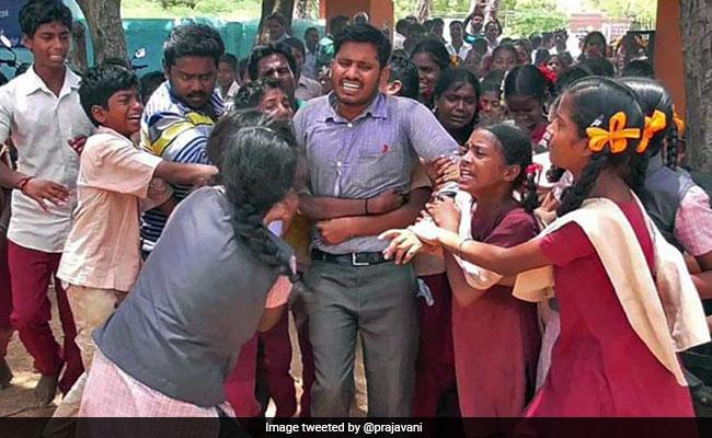 टीचर का तबादला हुआ तो धरने पर बैठे छात्र, रोते हुए पैर पकड़कर रोकने लगे