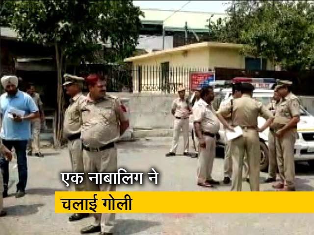 Videos : दिल्ली के तीस हजारी कोर्ट कैंपस में फ़ायरिंग, एक शार्प शूटर घायल