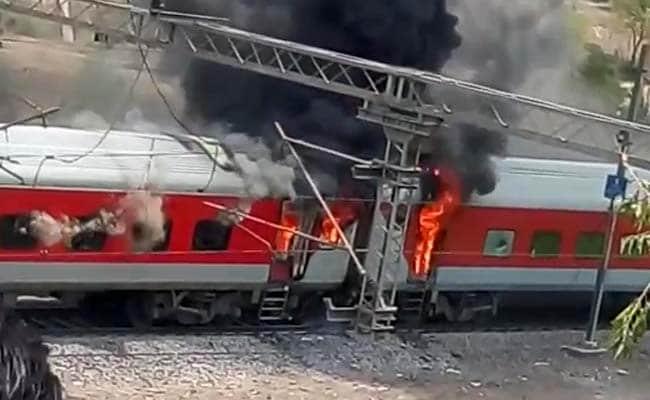 ग्वालियर के पास हजरत निजामुद्दीन-विशाखापत्तनम एसी स्पेशल ट्रेन के 4 डिब्बों में आग