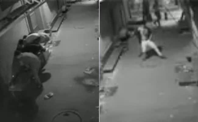 चोरों ने पहले लगाए ठुमके फिर की चोरी, CCTV में कैद हुई पूरी घटना