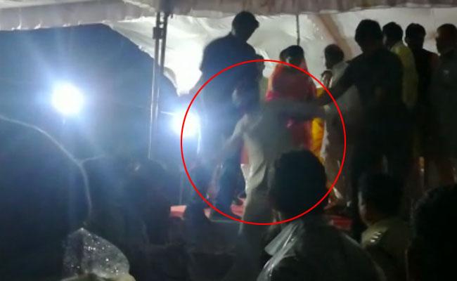 CM शिवराज सिंह मंच से उतरते वक्त फिसले, भीड़ ने कुर्सियां उछालीं
