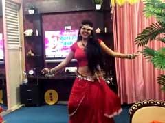 भोजपुरी एक्ट्रेस ने लाल साड़ी पहन सोफे पर लगाए ठुमके, खेसारी लाल यादव के गाने पर Dance हुआ वायरल- देखें Video