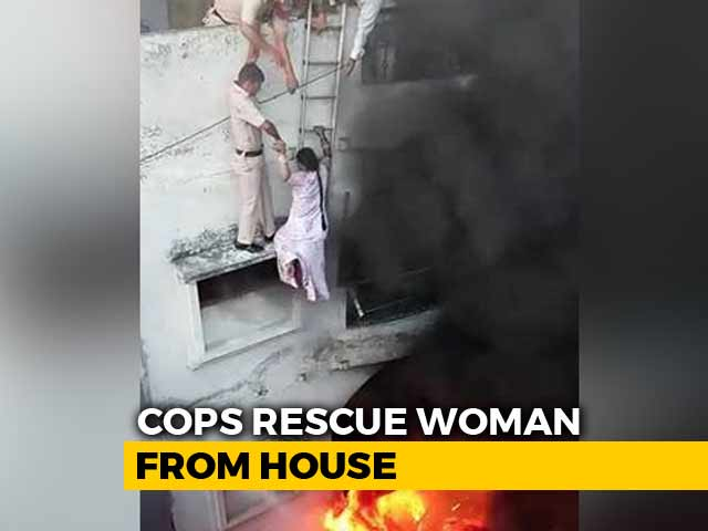 Video : Watch: Delhi Cops Form Human Chain In Dramatic Rescue Of Couple From Fire