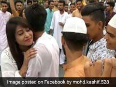 ईद पर लड़की ने कुछ इस तरह दी मुबारकबाद, लड़के लाइन में लगकर करते रहे इंतजार