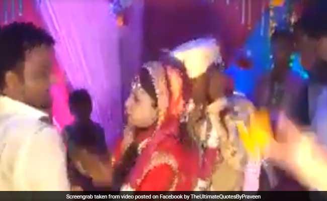 VIDEO: वरमाला के समय दुल्हन को रिश्तेदार ने उठाया गोद में, फिर मारा जोरदार चांटा
