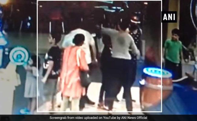 विनोद कांबली की पत्नी ने बॉलीवुड सिंगर अंकित तिवारी के डैड को मारा पंच, शिकायत दर्ज-  देखें Video