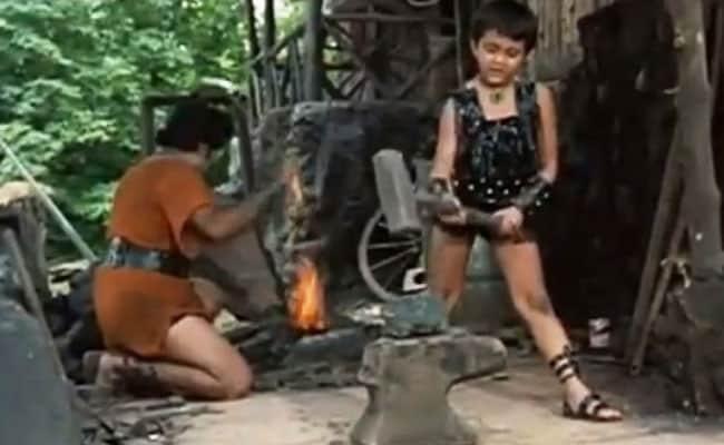धर्मेंद्र ने शेयर किया बॉबी देओल के बचपन का Video, Cute ड्रेस में हथौड़ा चलाते आए नजर...