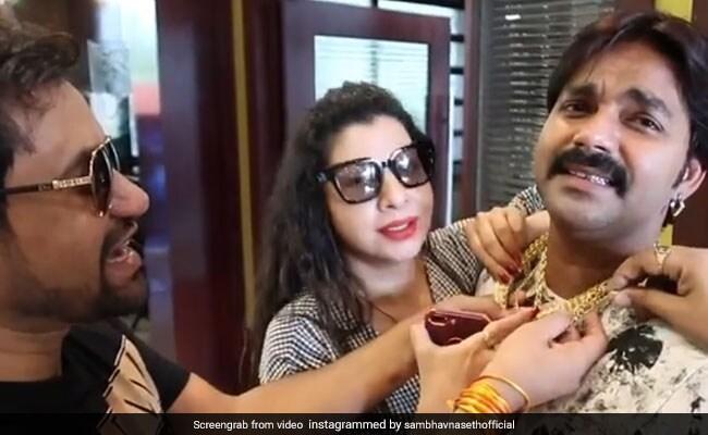 Video: निरहुआ से कसकर गले मिली ये एक्ट्रेस, भोजपुरी के पावर स्टार पवन सिंह को बताया गुंडा...