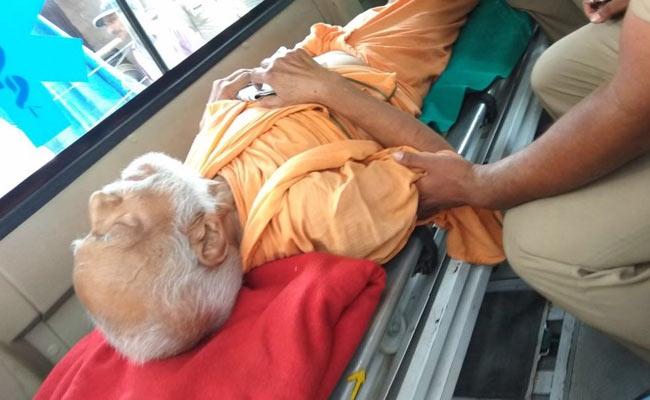 गंगा की सफाई के लिए 19 दिन से अनशन कर रहे स्वामी ज्ञानस्वरूप सानंद को पुलिस ले गई अस्पताल