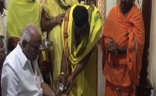 कर्नाटक चुनाव 2018 रिजल्ट: मंदिर में मत्था, ईवीएम पर निगाहें