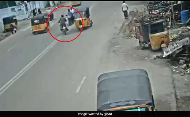अगर आप भी मोबाइल पर बात करते हुए बाइक चलाते हैं, तो इस वीडियो को एक बार जरूर देखें